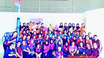 KENANGAN: Pasukan yang menyertai Kejohanan Bola Jaring Piala Pegawai Pendidikan Tuaran bergambar bersama selepas kejohanan.