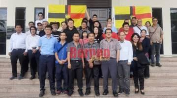 Tujuh tertuduh, Andrew Chong, Kon Tai Keong, Leong Shaow Tung, 43, Bong Sak Sin, Tan Kok Chiang, Pui Ping Ping dan Phang Ngin Pen (barisan hadapan) bersama ahli Sarawak For Sarawakian (S4S) semasa berada di hadapan komples Mahkamah Kuching.