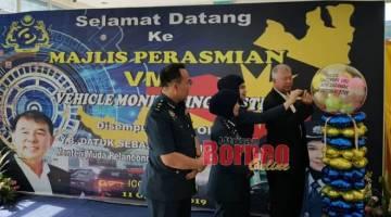Ting dan Sharifah melakukan acara simbolik semasa pelancaran VMS Jabatan Kastam Diraja Malaysia (JKDRM) Miri di CIQ Sungai Tujoh hari ini.