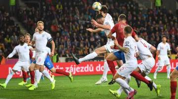 BERTEMBUNG DI UDARA: Sebahagian daripada babak-babak aksi perlawanan Kelayakan Euro 2020 Kumpulan A di antara Republik Czech dan England di Sinobo. — Gambar AFP