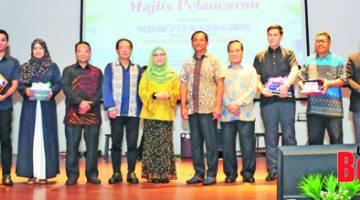 KENANGAN: Jaujan (enam kanan) merakamkan gambar kenangan bersama para penerima Anugerah Citra Bahasa.