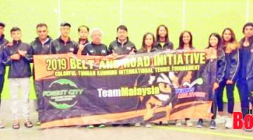 SKUAD TENIS MALAYSIA: Christian (empat dari kiri) dan Johnson (enam dari kiri) bersama skuad Malaysia yang menyertai Pertandingan Tenis Antarabangsa Kunming 2019.