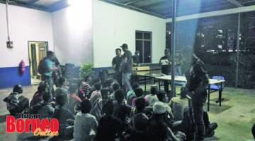 TAHAN: Sebahagian suspek yang ditahan sebelum dikumpulkan di IPD Kota Kinabalu untuk tujuan dokumentasi.