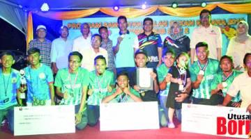 JUARA: Amir (empat kanan), Mahanum (tiga kanan), Simsudin (empat kiri) dan Kim Hock (dua kanan) bersama pemenang pertandingan futsal anjuran Majlis Perwakilan Penduduk (MPP) Sub Zon 2 di Kompleks Sukan Labuan.