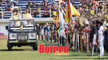 PERIKSA: Tun Taib diiringi Abang Johari melakukan pemeriksaan kontinjen-kontinjen pada Istiadat Perbarisan dan Rapat Raksasa sempena Sambutan Hari Ulang Tahun Ke-83 Yang di-Pertua Negeri di Stadium Miri, semalam.