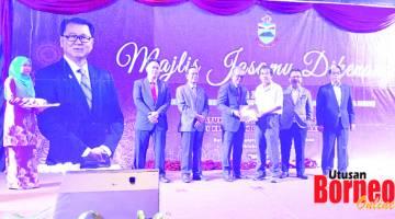 BERSARA: Rosmadi (kiri,tengah) menyampaikan sijil penghargaan kepada antara 100 pesara perkhidmatan awam.BERSARA: Rosmadi (kiri,tengah) menyampaikan sijil penghargaan kepada antara 100 pesara perkhidmatan awam.