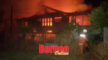 MARAK: Anggota bomba bertungkus-lumus memadam kebakaran sebuah rumah di Jalan Abdul Rahman, Sarikei malam kelmarin.