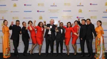 PENGHARGAAN TERTINGGI: Riad (enam kanan) dan kru kabin kumpulan AirAsia menerima anugerah daripada Graham (enam kiri) pada World Travel Awards Asia dan Oceania 2019 di Phu Quac.