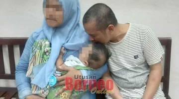 SEDIH: Tertuduh bersama keluarganya selesai prosiding mahkamah semalam.