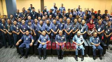 UNTUK ALBUM: Hamdan merakam kenangan bersama peserta Program Pemantapan Ketua Zon dan Balai Siri 2/2019 Peringkat Borneo di Kuching, semalam.