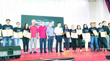 KENANGAN: Darell (tengah) merakamkan gambar kenangan bersama para peserta pameran autoshow.