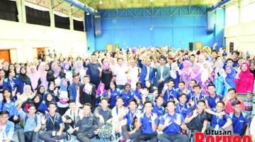SEMANGAT: Sebahagian pelajar yang menjayakan Program Diskusi Raja Berperlembagaan yang diadakan di Dewan Utama Universiti Malaysia Sabah, Kampus Antarabangsa Labuan, kelmarin, bergambar kenangan bersama Supian, Zamri, Mohd Azri dan Mohd Isa.