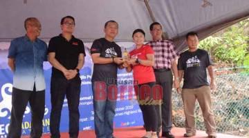 TAHNIAH: Ahmad (tiga kiri) menyampaikan hadiah kepada salah seorang pemenang Cabaran Padawan Borneo Highland Nature 2019 di kaki bukit Borneo Highland Resort di Padawan semalam.