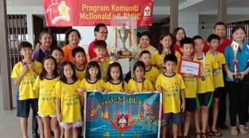 JUARA BAHARU: Kelihatan perenang dan guru pengiring daripada SJK (C) Chung Hua Pujut menerima piala dan pingat daripada Lee (tiga kiri, barisan belakang) selepas menjadi juara baharu kategori sekolah rendah Kejohanan Renang Cabaran Piala Datuk Lee Kim Shin di Miri semalam.