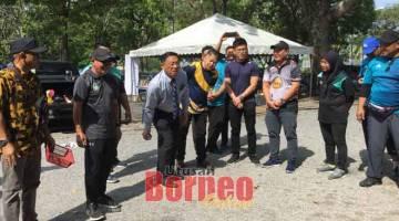 SIMBOLIK: Dr Teo melempar bola bagi merasmikan pertandingan petanque sempena Bulan Sukan Negara Peringkat Bahagian Miri 2019 di pekarangan Stadium Tertutup Miri semalam, kelihatan sama Dr Ting (lima kanan) dan yang lain.