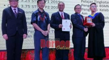 CEMERLANG: Fred (dua kanan) menyampaikan anugerah kepada salah seorang graduan pada Majlis Graduasi tersebut.