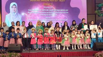 Fatimah bersama tetamu kehormat yang lain merakam kenangan dengan pemenang-pemenang kategori-kategori dipertandingan pada Pentas Sarawak Pre-School Kids Got Talent 2019 di sebuah hotel di sini, hari ini.