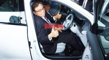 Abang Johari beraksi dengan kereta Hyundai Nexo milik beliau, yang turut menggunakan bahan api hidrogen.