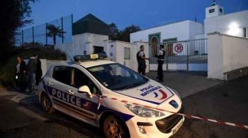 BERJAGA-JAGA: Pegawai polis berkawal di hadapan masjid di bandar Bayonne, Perancis kelmarin selepas seorang lelaki warga emas melepaskan tembakan rambang dan mencederakan dua orang. — Gambar Gaizka Iroz/AFP