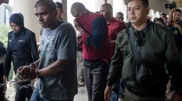 DIDAKWA:  Antara individu yang dibawa ke Kompleks Mahkamah Jalan Duta hari ini bagi menghadapi pertuduhan berhubung kumpulan pengganas LTTE. — Gambar Bernama