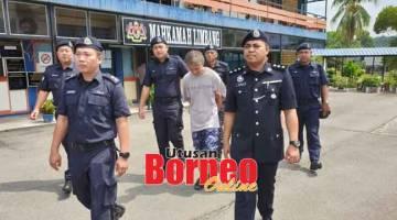 DITAHAN LANJUT: Tertuduh diiringi pegawai dan anggota polis di Mahkamah Limbang, semalam.