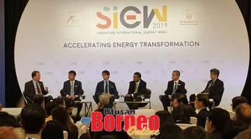 FORUM: Sharbini (dua kiri) menyertai barisan ahli panel pada SIEW 2019 di Singapura.