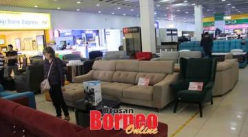 TAWARAN MENARIK: Ekspo perabot Hup Seng Furniture Showroom di tingkat bawah Star Mega Mall.