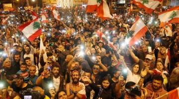 BANTAH: Penunjuk perasaan berteriak semasa protes di Tripoli, Luban, kelmarin. — Gambar Reuters