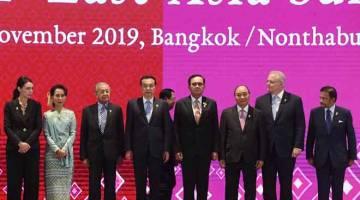 ERAT HUBUNGAN: Tun Dr Mahathir (tiga kiri) bergambar kenangan bersempena Sidang Kemuncak ASEAN ke-35 di Bangkok, semalam. — Gambar Bernama