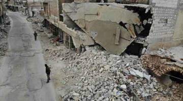 MUSNAH: Gambar yang dirakam dari udara kelmarin menunjukkan kerosakan teruk susulan pembedilan berterusan dan serangan udara oleh pasukan bersenjata prokerajaan di kampung Kafr Nabl, wilayah selatan Idlib. — Gambar AFP