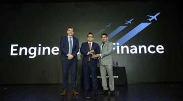 GEMILANG: (Dari kiri) Pengarang Urusan Airline Economics Philip Tozer-Pennington, Ketua Kewangan Penerbangan AirAsia Farhan Zainul dan Penasihat Kanan Asia Aviation Capital Aaron Gomez pada majlis anugerah Airline Economics Asia Pacific Aviation 100.