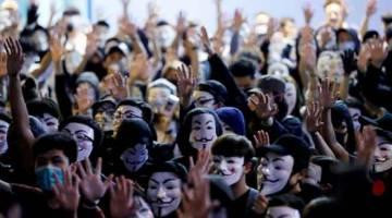 TERUS PROTES: Penunjuk perasaan memakai topeng Guy Fawkes semasa menyertai perhimpunan antikerajaan di Hong Kong, China kelmarin. — Gambar Kim Kyung Hoon/Reuters