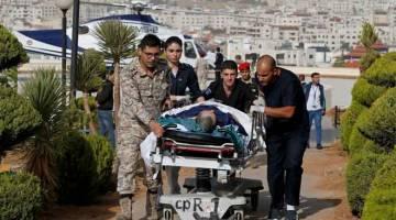 CEDERA: Pegawai menyorong troli yang membawa pelancong cedera ke Pusat Perubatan Raja Hussein selepas serangan pisau                 di tapak arkeologi terkenal di Jerash, utara Jordan kelmarin menyebabkan lapan orang cedera. — Gambar Muhammad Hamedg/Reuters
