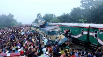 REMUK: Orang ramai berkumpul di tapak di mana dua kereta api bertembung di Brahmanbaria, Bangladesh semalam. — Gambar Reuters
