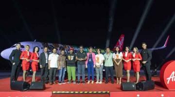 KEMPEN: (Dari tujuh kiri) Tony Fernandes, Dr. Xavier Jayakumar serta Ketua Setiausaha, Kementerian Air, Tanah dan Sumber Asli Datuk Zurinah Pawanteh bersama tetamu kehormat dan pengurusan AirAsia melancarkan livery khas Selamatkan Harimau Malaya.