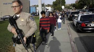 Polis berkawal di Sekolah Tinggi Saugus, Santa Clarita diCalifornia Selatan.