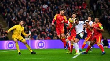 AKSI SEBENAR: Sebahagian daripada babak-babak aksi perlawanan Kelayakan Euro 2020 Kumpulan A di antara England dan Montenegro di Stadium Wembley, London. — Gambar Reuters