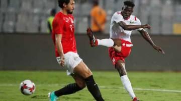 PENUH AKSI: Sebahagian daripada babak-babak aksi perlawanan Kelayakan Piala Negara-Negara Afrika 2021 di antara Mesir dan Kenya di Stadium Borg El Arab di Mesir. — Gambar Reuters