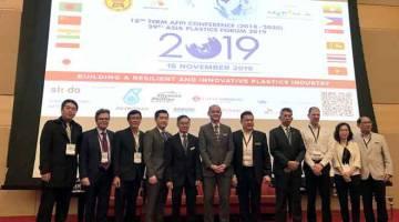 PERSIDANGAN PLASTIK: Dr Ong (dua kanan) merasmikan Persidangan Persekutuan Industri Plastik ASEAN (AFPI) ke-18 (2018 - 2020) dan Forum Plastik Asia ke-29 di Petaling Jaya, semalam. Turut hadir Lim Kok Boon (dua kiri).  — Gambar Bernama
