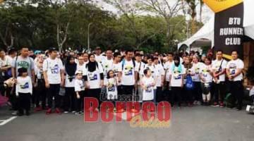 SOLIDARITI: Rodziah (kanan) sedia deka ngelepaska pesereta 'Solidariti Walk Sarawak'.