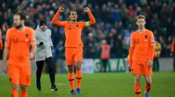 KEMBALI KE KEJOHANAN BESAR: Van Dijk (tengah) meraikan kejayaan Belanda selepas tamat perlawanan menentang Ireland Utara di Windsor Park, Belfas Sabtu lepas. — Gambar AFP