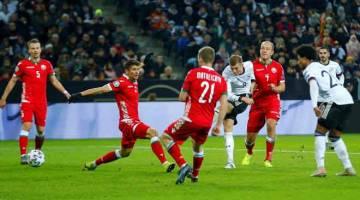 LEDAK: Kroos (tengah) melepaskan rembatan untuk menjaringkan gol keempat Jerman pada aksi di Borussia-Park, Moenchengladbach kelmarin. — Gambar Reuters