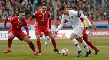 DIKAWAL KETAT: Ronaldo (dua kanan) ketika bersaing dengan pemain Luxembourg pada perlawanan di Stadium  Josy Barthel, Luxembourg kelmarin. — Gambar AFP