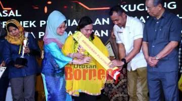 TERIMA MIH: Florence nerima gelar ari Menteri KWKPK, Dato Sri Fatimah Abdullah maya Karnival Wellbest Sarawak nya. — Gambar Muhammad Rais Sanusi