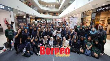 KENANGAN: Para pelajar UNIMAS bergambar bersama pada Program Rindok Sarawak Fringe 2019 di Plaza Merdeka, Kuching baru-baru ini.