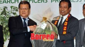 TEPA: Alvin (kiba) nyuaka tepa sayur ti ditanam ba kompos kulit rian  ngagai Dr Abdul Rahman ti udah bejadika ROPM 2019, kemari. — Gambar Tan Siong Wei