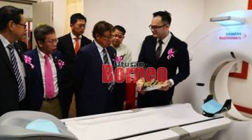 Abang Johari menerima taklimat daripada Pengarah Perubatan BMC Miri, Dr Kenny Yeap (kiri) mengenai CT Scan, model terkini dan paling canggih, yang dimiliki oleh BMC Miri sambil diperhatikan oleh (dari kanan) Lee, Dr Sim, Robert serta ADUN Pujut, Dr Ting Chiong Choon.