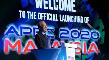 BERUCAP: Dr Mahathir berucap pada majlis perasmian APEC 2020 di Cyberview Lodge Resort, semalam. — Gambar Bernama