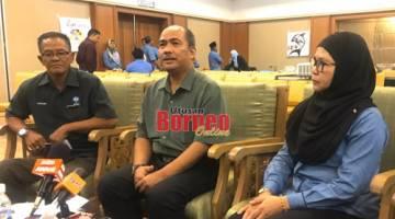Jamaludin (tengah) bersama Hakinah (kanan) semasa sidang media selepas majlis perasmian di Santubong, hari ini.