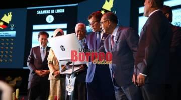 Abang Johari memasukkan 'log in ID' pada panel khas sebagai simbolik perasmian Hari Perkhidmatan Awam (HPA) Negeri Sarawak di BCCK, hari ini. - Gambar Muhammad Rais Sanusi